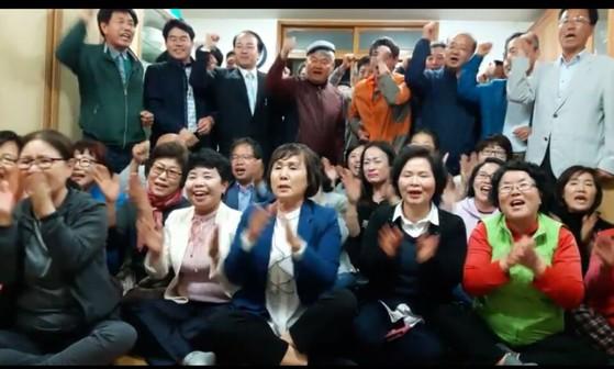 문재인 후보의 자택이 있는 경남 양산 매곡마을 주민들이 개표방송을 보며 박수를 치고 있다. [사진 매곡마을]