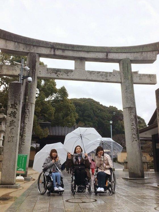 """수동 휠체어에 토도드라이브를 장착한 세 여성 고객들이 심 대표에게 보내온 일본 여행 사진. 이들은 """"한손으로 우산을 잡은 채 휠체어를 운전할 수 있어 기쁘다""""고 말했다. [사진 토도웍스]"""