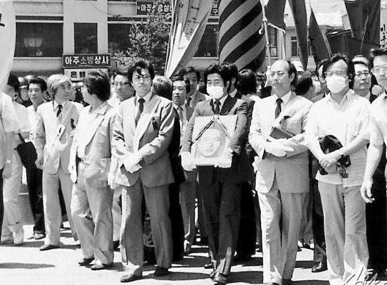 부산 인권변호사 시절인 1987년 2월 7일 노무현 전 대통령과 박종철 열사 추모집회에 참석한 모습. [중앙포토]