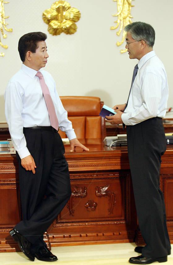 2007년 5월 3일 노무현 대통령(왼쪽)과 문재인 비서실장이 청와대에서 국정을 논의하고 있다. [중앙포토]