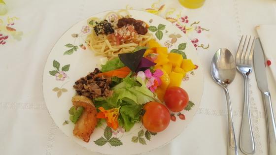 소냐스 가든 뷔페에선값비싼 영국 식기에다유기농 채소를 맘껏 담아 먹을 수 있다.