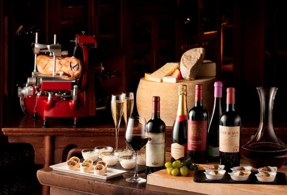 JW메리어트 서울 2층바 루즈에서는 15여종의 와인과 5종의 생맥주를 즐길 수 있는 무제한 와인 뷔페를 진행한다. [JW메리어트 서울]