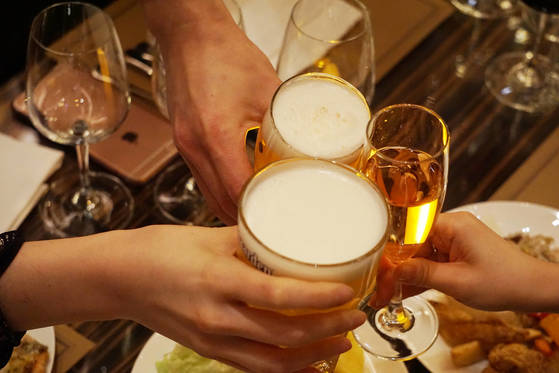 그랜드 인터컨티넨탈 서울 파르나스는 1층 로비라운지에서 오후6시부터 3시간 동안 해피아워 프로모션을 진행한다. 맥주 2가지와 15가지 이상의 프리미엄 와인을 무제한으로 제공한다. [그랜드 인터컨테닌탈 서울 파르나스]