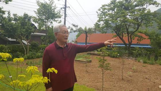 송기인 신부가 머물고 있는 한옥(사제관) 마당에 핀 꽃과 나무들에 대해 이야기 하고 있다. 위성욱 기자