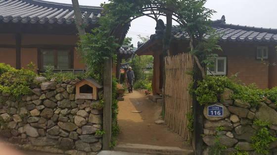 송기인 신부가 살고 있는 한옥(사제관). 위성욱 기자