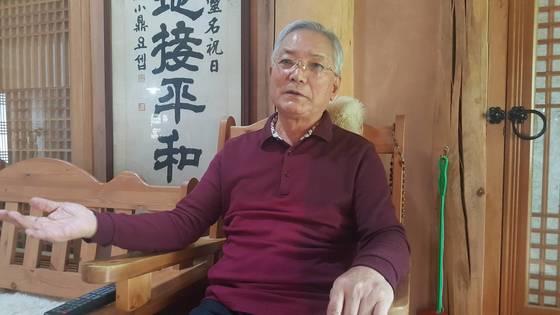 송기인 신부가 머물고 있는 한옥(사제관)에서 문재인 대통령과의 인연을 설명하고 있다. 위성욱 기자