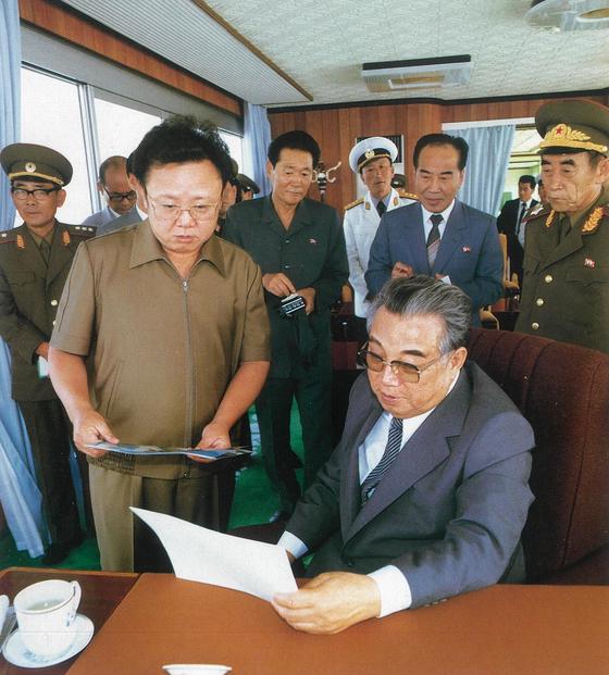 이근모 정무원 부총리(김정일 뒷편)가 1984년 서해갑문을 방문한 김일성과 김정일을 수행하고 있다. 사진 오른쪽은 오진우 인민무력부장. [사진 우리의 지도자]
