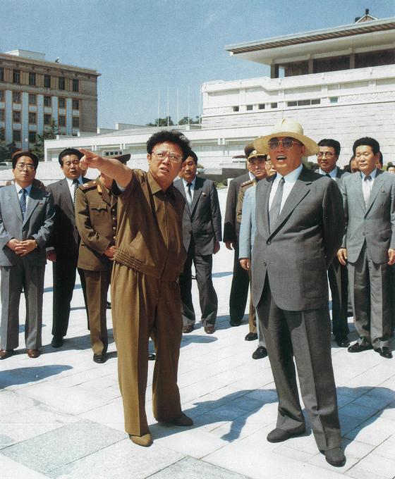 이근모(사진 오른쪽)가 연도 미상 평양시 건설사업을 현지지도하는 김일성과 김정일을 수행하고 있다. 이근모 오른쪽으로 연형묵이 보인다. 연형묵은 이근모 후임으로 총리에 임명됐다. [사진 우리의 지도자]