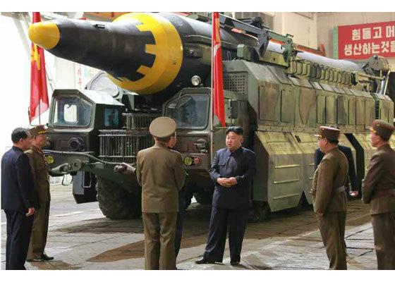 김정은이 '화성-12' 조립이 한창인 격납고를 방문해 관련자를 지도하고 있다. [사진=노동신문]