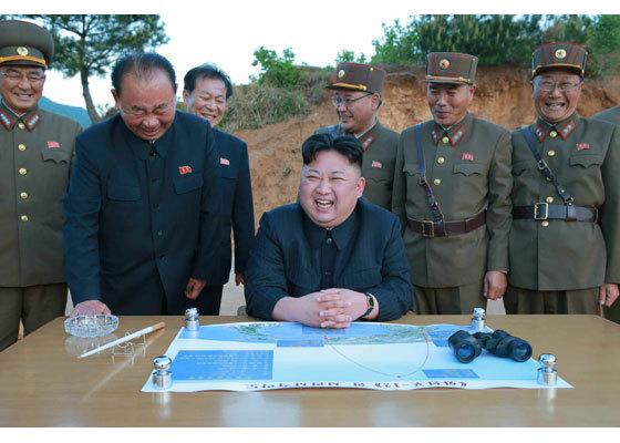 김정은 북한 노동당 위원장이 14일 미사일 시험발사장에서 김낙겸 전략군 사령관(사진 왼쪽)과 이병철 당 제1부부장(사진 왼쪽 둘째) 등과 함께 웃고 있다. [사진=노동신문]