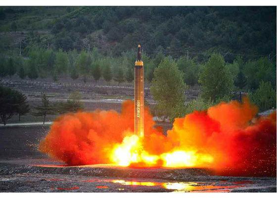 북한이 지난 14일 시험 발사에 성공했다고 주장하는 '화성-12' 탄도미사일의 발사 장면. [사진=노동신문]