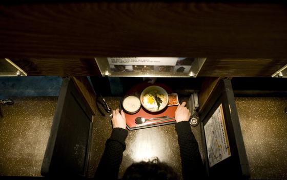 혼자 식사하는 '혼밥족'을 위해 칸막이가 설치된 서울 대학가의 한 식당. 혼밥은 이미 우리 일상 속에 흔한 현상이 됐다. 하지만매일 혼밥하는 사람들의 건강은 상대적으로 안 좋은 것으로나타났다. [중앙포토]