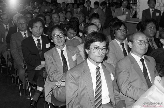 한겨레 신문 창간 발기 선언 대회에 참석한 문재인 대통령(당시 변호사). [사진 민주화운동기념사업회]