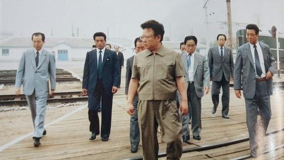 연형묵 부총리(사진 오른쪽)가 1988년 7월 두만강역을 현지지도하는 김정일 국방위원장을 수행하고 있다. [사진 우리의 지도자]