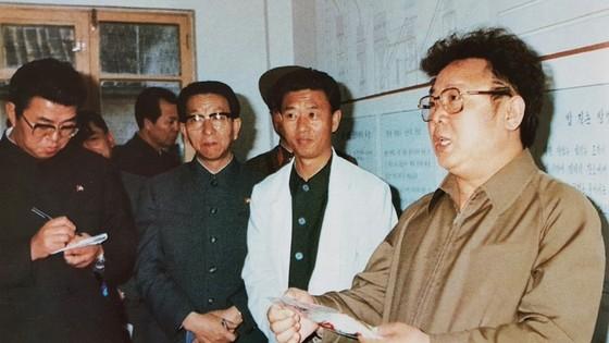 연형묵 비서(사진 왼쪽)가 1984년 1월 낙원식료공장 창광분공장을 현지지도하는 김정일 국방위원장의 지시 사항을 메모하고 있다. [사진 우리의 지도자]