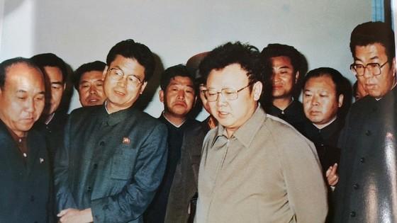 연형묵 비서(사진 오른쪽)가 1984년 10월 평북제련소를 찾아 생산품을 보고 있는 김정일 국방위원장을 수행하고 있다. [사진 우리의 지도자]