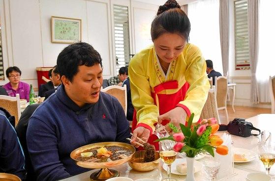 평양 옥류관의 봉사원이 방북취재 한국기자단에게 냉면 먹는 방법을 설명하고 있다. [사진=공동취재단]