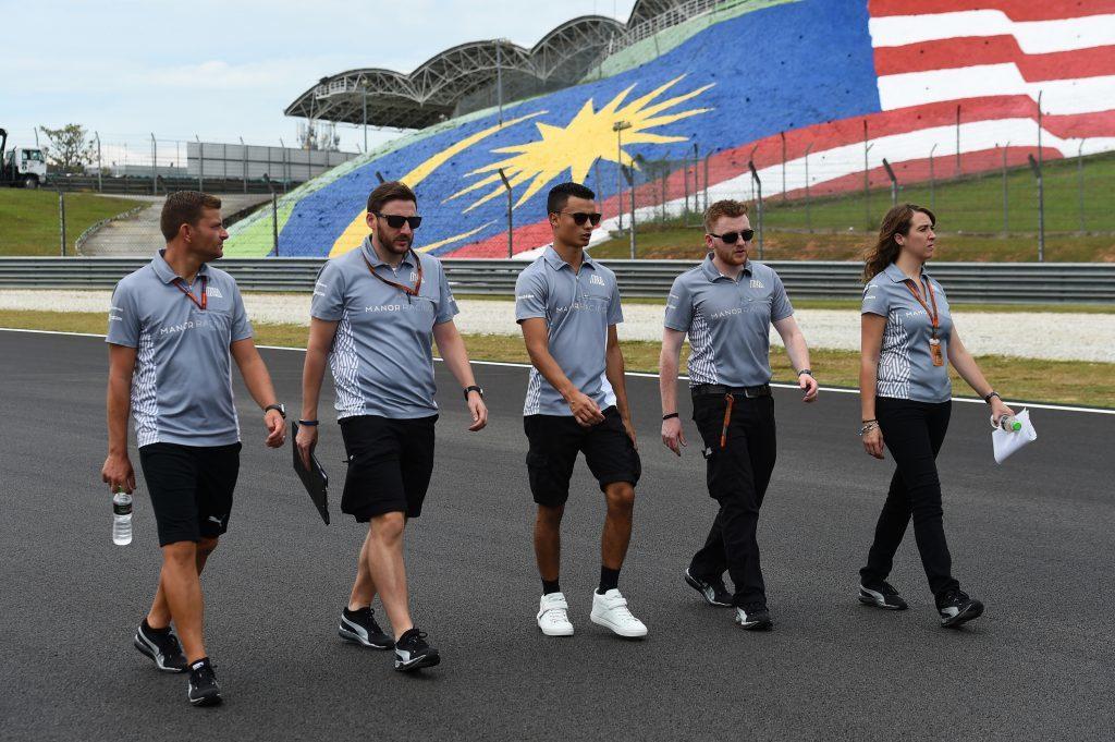 Williams Martini Racing F1 드라이버와 팀 크루가 경기에 앞서 트랙워크를 하며 서킷의 상태를 살펴보고 있다. 사진 : Formula 1 홈페이지