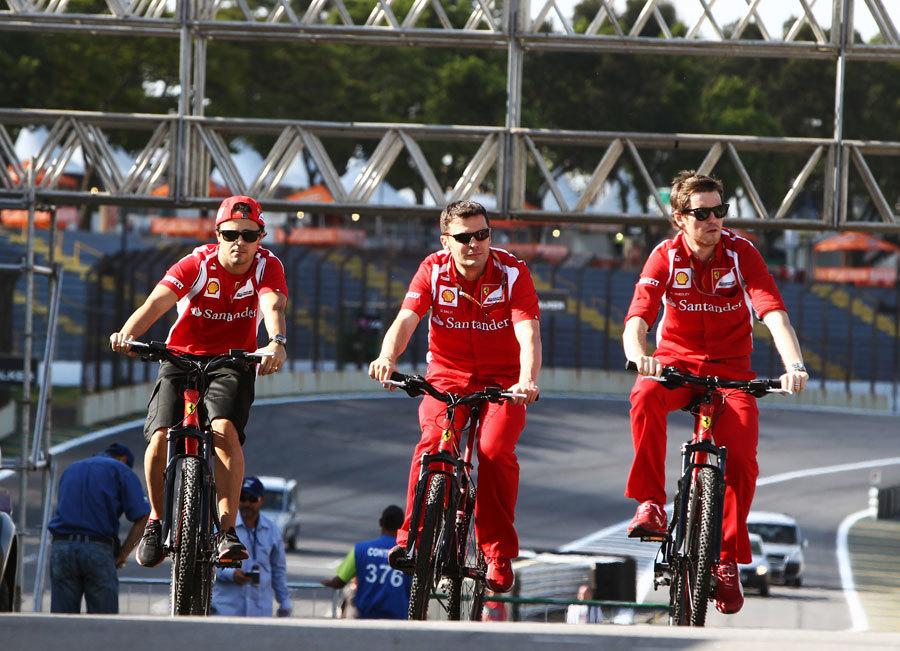 페라리 스쿠데리아 F1 드라이버와 팀 크루가 경기에 앞서 자전거를 타고 천천히 서킷을 둘러보고 있다. 사진 : Formula 1 홈페이지