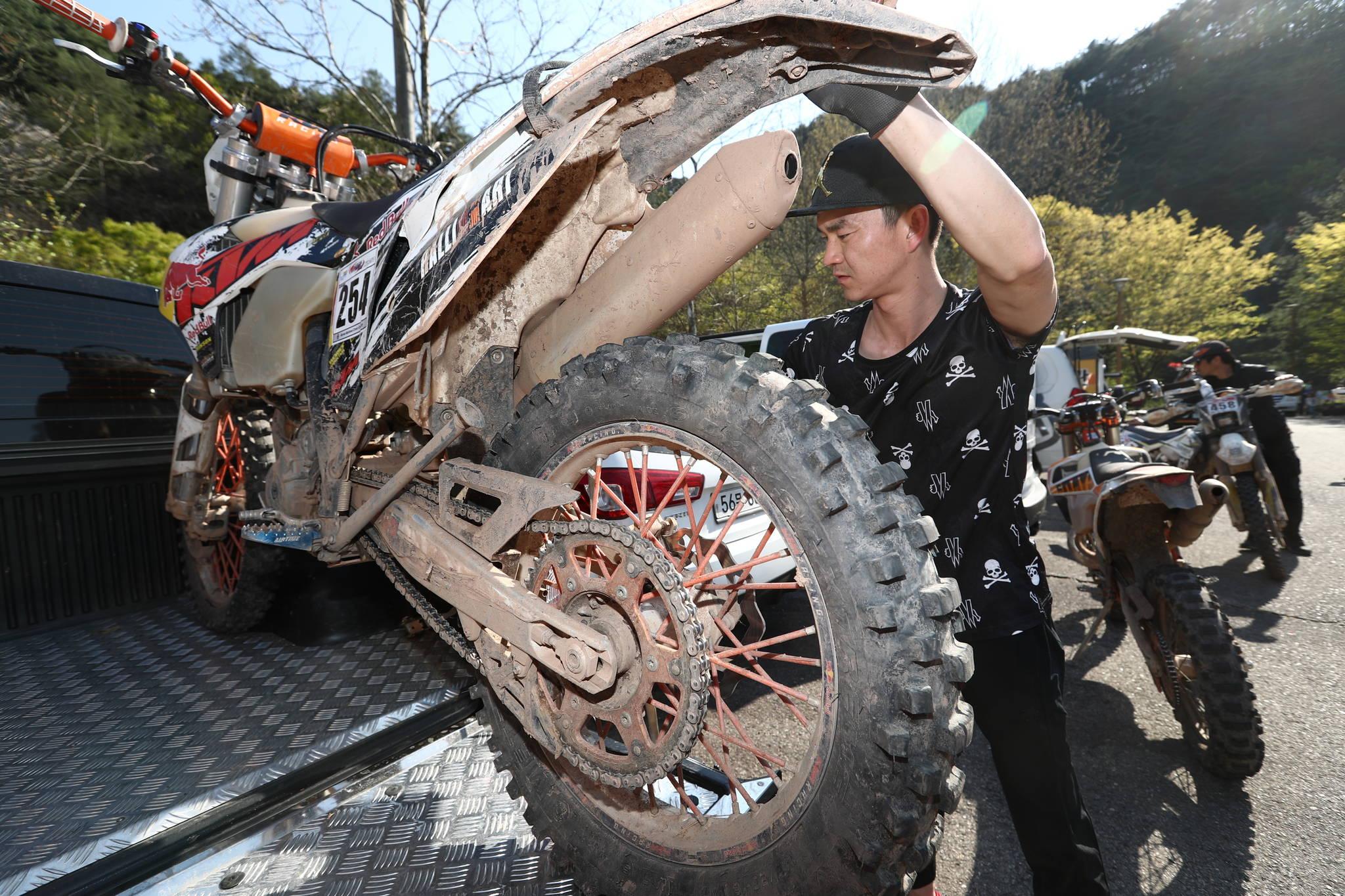 일반 공도를 달릴 수 없는 엔듀로 바이크는 트럭이나 전용 트레일러에 실려 운반된다.