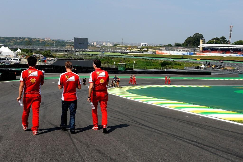 페라리 스쿠데리아 F1 드라이버와 팀 크루가 경기에 앞서 트랙워크를 하며 서킷의 상태를 살펴보고 있다. 사진 : Ferrari Scuderia 홈페이지