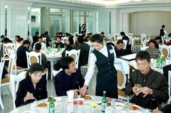 옥류관 부설 요리전문식당에서 자라요리를 먹고 있는 북한 주민들의 모습. [사진=조선의 오늘]