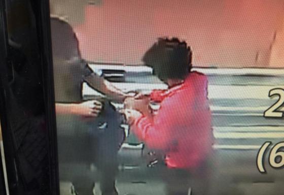 17일 오후 피해자가 보이스피싱 범죄피해금 전달책에게 돈봉투를 건네는 모습[사진 부산지방경찰청]