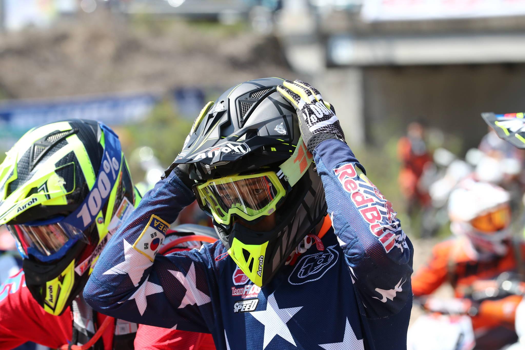 오프로드 전용 헬멧은경기 도중원활한 호흡을 위해 턱 부분이 길게 튀어나와 있다.