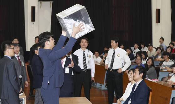 법원 직원이 공정한 추첨을 위해 응모권을 잘 섞고 있다. 임현동 기자