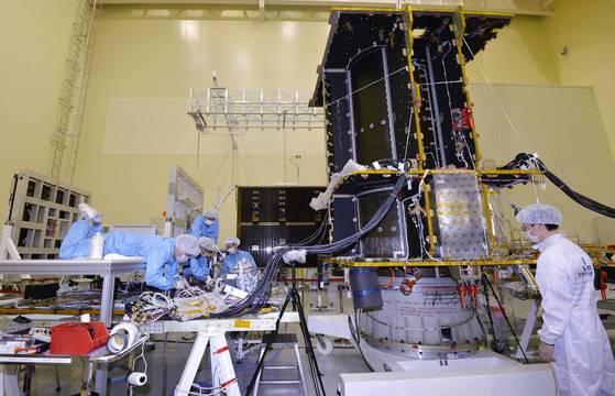 한국항공우주연구원 엔지니어들이 천리안2A위성본체에 정밀 전자장비를 부착하고 있다. [대전=김성태 기자]