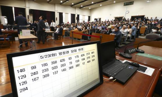 스크린에 방청권 당첨 번호가 표시되고 있다. 임현동 기자