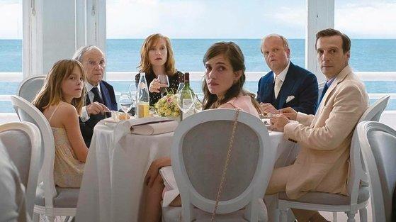 넷플릭스가 투자배급한 영화로 경쟁부문에 진출,황금종려상을 두 차례 받았던 하네케 감독의 '해피엔드'.