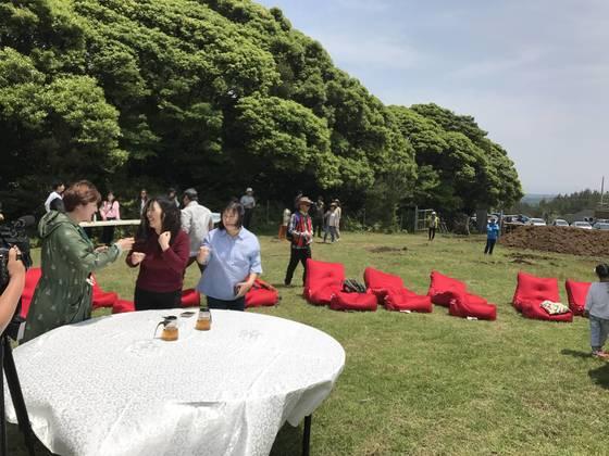 지난 13일 제주도 서귀포시 남원읍 한남리에서 열린 에코파티 참가자들이 티타임을 즐기고 있다. 최충일 기자