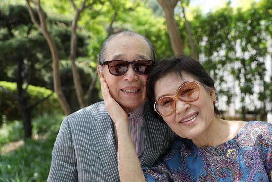 18일 오후 국립암센터 야외벤치에 백지용씨 부부가 다정스럽게 앉았다. 아내 정민소씨는 5년 전 76세 나이에 남편에게 간을 기증했다. 세계 최고령 기록이다. 우상조 기자