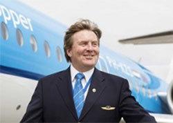 제복 차림으로 네덜란드 KLM 여객기 앞에 선 빌럼 알렉산더르 네덜란드 국왕. [AFP=연합뉴스]