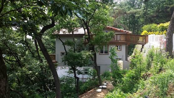 경사지 살려 지은 지붕 아래 현관 집