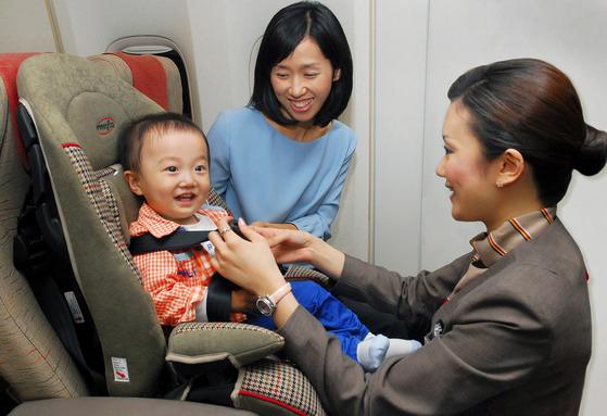 아시아나항공이 장거리 노선에서 제공하는유아용 안전의자. [사진 아시아나항공]