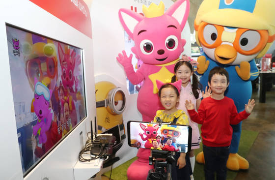 KT스퀘어를 찾은 어린이들이 18일 하이퍼 VR 서비스인 'TV쏙'을 체험하고 있다. [우상조 기자]