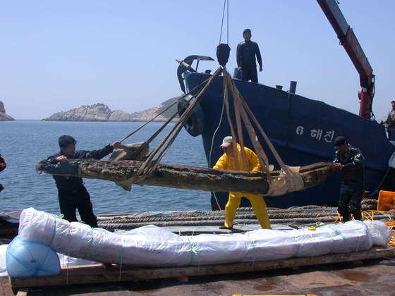 문화재청 국립해양유물전시관이 2004년 6월 군산시 옥도면 십이동파도 근해에서 발견된 고려시대 청자 운반선 일부를 인양하고 있다.[사진 국립전주박물관]