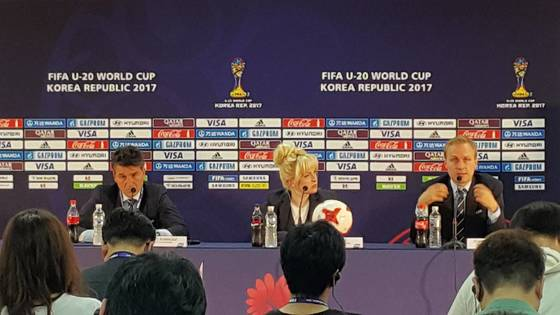부사카 FIFA 심판위원장(왼쪽)과 홀츠뮐러 축구기술혁신위원장(오른쪽)