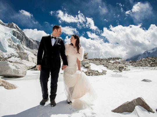 에베레스트 베이스캠프에서 결혼식을 올린 제임스 시솜과 애슐리 슈마이더. [USA투데이]
