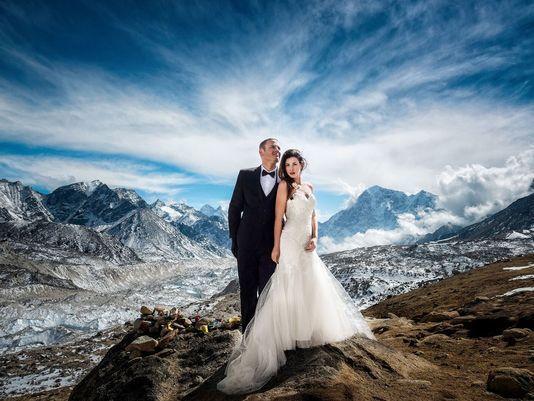 에베레스트 1만7500피트에서 결혼식을 올린 제임스 시솜과 애슐리 슈마이더. [USA투데이]