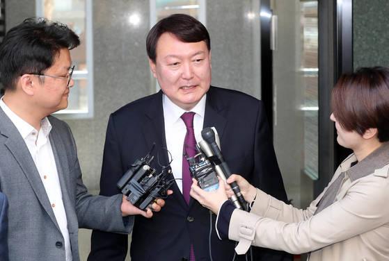 기자들의 질문에 답하고 있는 윤석열 신임 서울중앙지검장. 강정현 기자