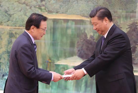 이해찬 중국 특사가19일 오전 중국 베이징 인민대회당에서 시진핑 중국 국가주석에게 문재인 대통령의 친서를 전달하고 있다. [베이징=연합뉴스]