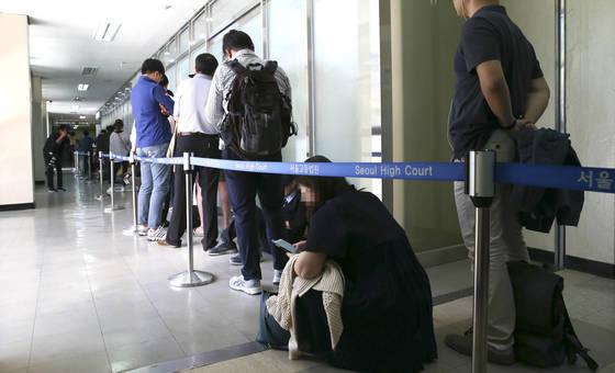 박 전 대통령 재판 방청권 응모를 위해 대기 중인 사람들. 임현동 기자