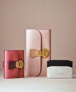 투톤 색상 매치가 돋보이는 버버리의 다양한 지갑.