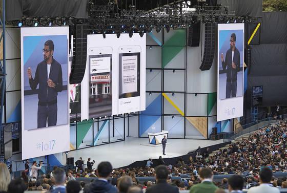 17일(현지 시간) 미국 마운틴뷰에서 열린 구글 개발자회의에서 순다 피차이 CEO가 '구글 렌즈'를 소개하고 있다. 스마트폰 카메라로 간판을 비추면 식당의 주요 메뉴와 손님들의 평가 등을 알려준다. [사진 구글]