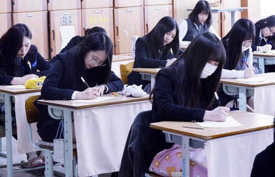 지난 4월 전국 1848개교에서 49만여명의 고교생들의 수능 모의고사를 봤다. 올해 수능부터는 영어시험이 절대평가로 치러진다.김성태 기자