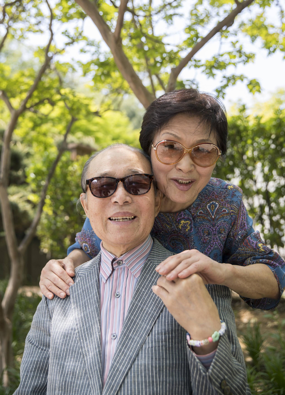18일 오후 국립암센터 야외벤치에 정민소씨가 남편을 안고 있다. 76세에 남편에게 간의 70%를 떼줬다. 부부애 덕분에 두 사람 다 아무런 부작용이 없다. 우상조 기자