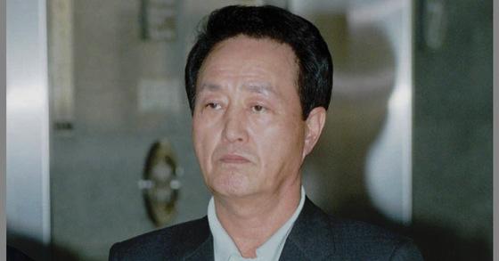 1998년 재산 국외도피 혐의로 다시 구속된 정덕진씨의 검찰 출석 모습.           [연합]